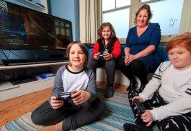 Mum Homeschools ihre Kinder, indem sie Computerspiele für SIEBEN STUNDEN pro Tag spielen lassen
